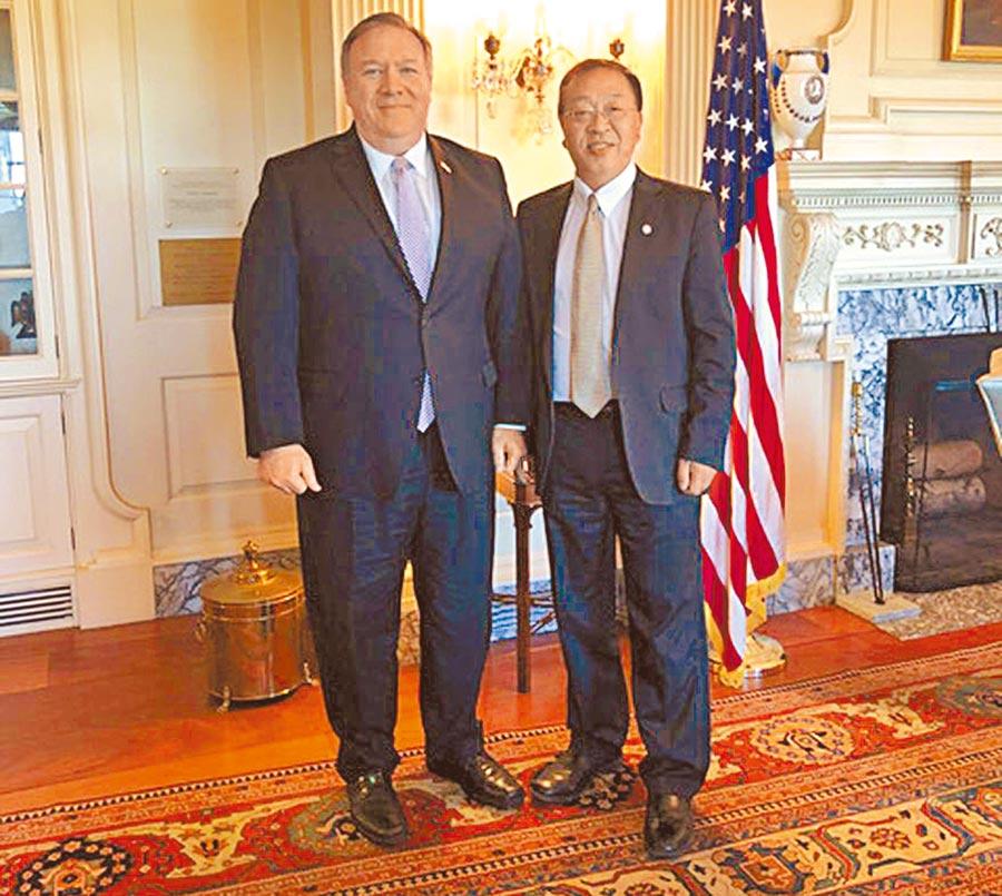 生於中國的美國政府華裔智囊余茂春(右)深受國務卿蓬佩奧的倚重。(本報資料照片)