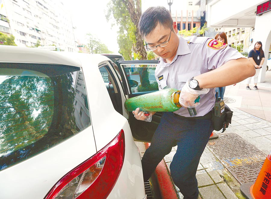 台北市大安分局查獲一名女子疑似在車內吸毒,並從車內取出疑似裝有笑氣的鋼瓶。(本報資料照片)