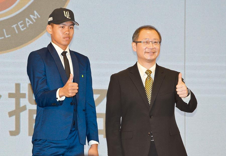 統一獅第1輪挑選林子豪(左),使他成為選秀「榜眼」。右為中職會長吳志揚。(黃國峰攝)