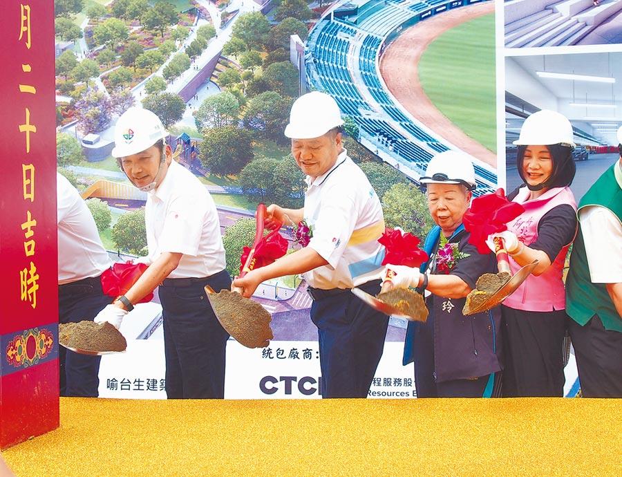 新北市長侯友宜(左一)昨日出席新莊運動公園地下停車場工程開工動土典禮,工程預計2022年2月完工、6月啟用。(賴彥竹攝)