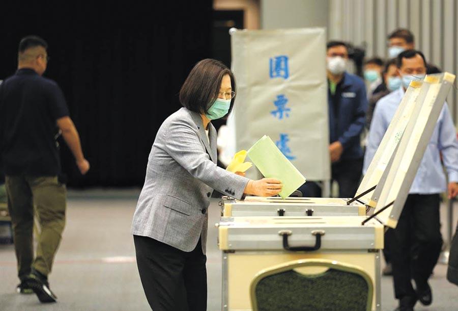 民進黨全代會19日登場,黨主席蔡英文參與中執委、中評委選舉投票。(民進黨提供)