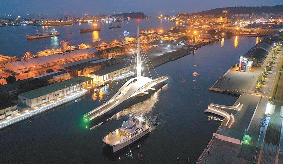 全台首座會旋轉的大港橋就在高雄!台灣港務公司斥資新台幣3.2億元興建,串聯蓬萊商港區與駁二特區的大港橋6日正式啟用、開放。(港務公司提供/劉宥廷高雄傳真)