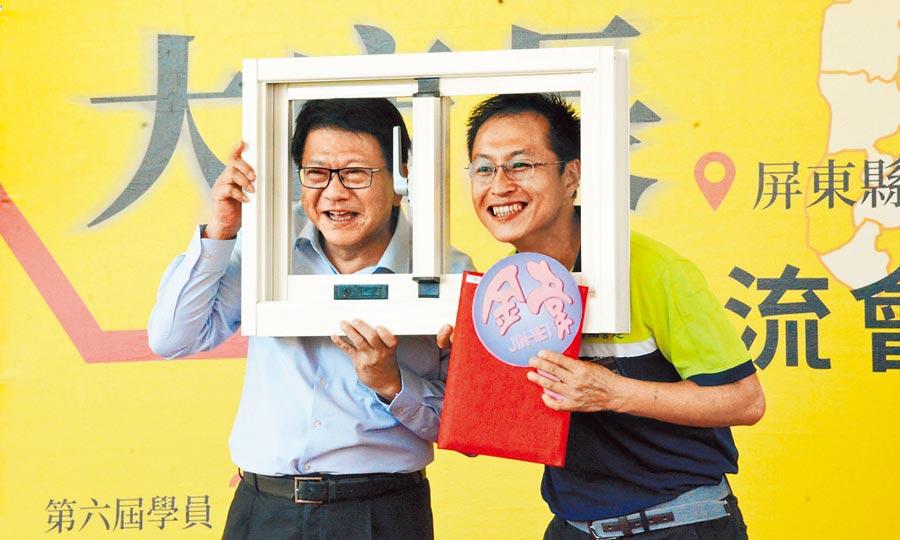 大店長學員韋銘法(右)帶來鋁窗與屏東縣長潘孟安俏皮合影。(林和生攝)