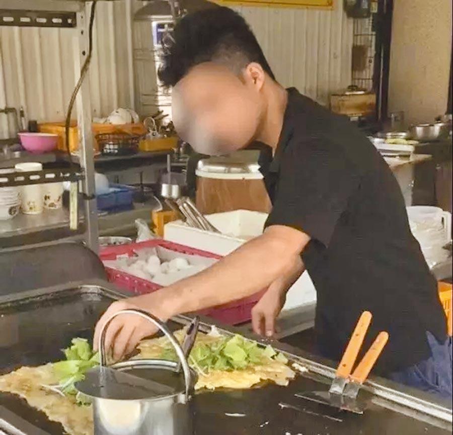 越南移工阿德在梓官區一家店當主廚,賣蚵仔煎、海產粥,不少饕客都聞香前往嘗鮮。(翻攝照片/劉宥廷高雄傳真)