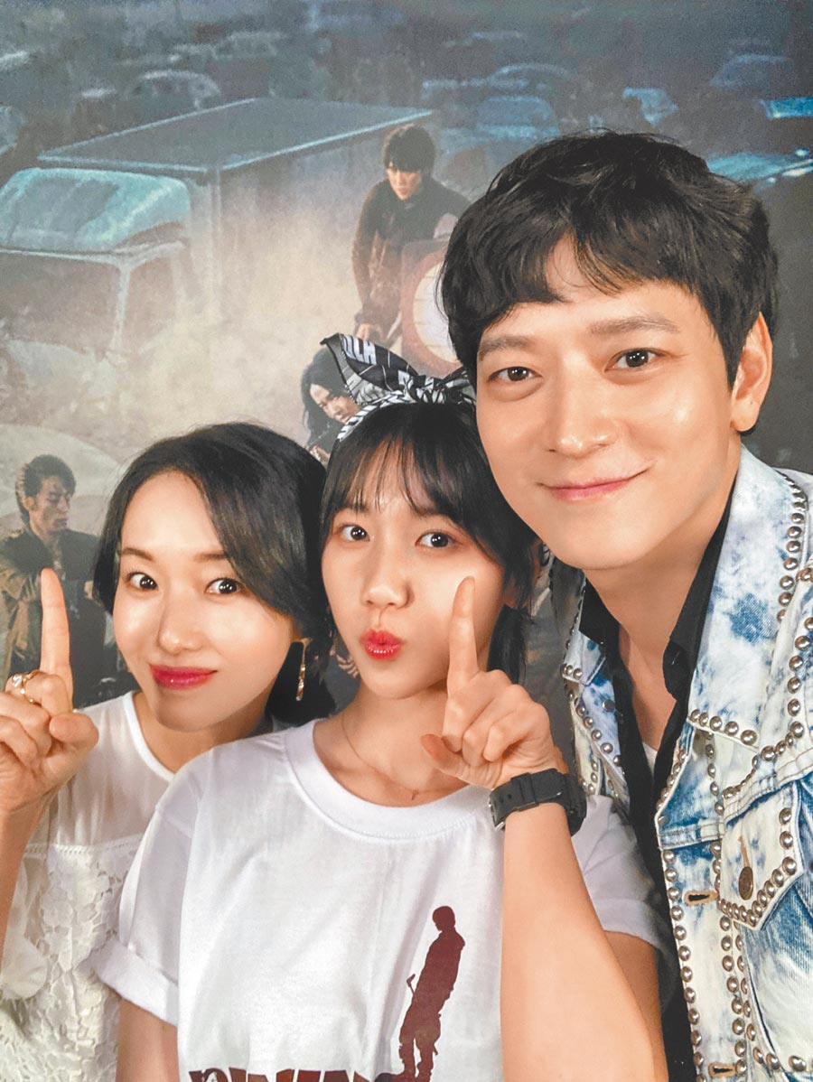 李貞賢(左起)、李蕊、姜棟元為宣傳《屍速列車:感染半島》可愛自拍。(車庫娛樂提供)