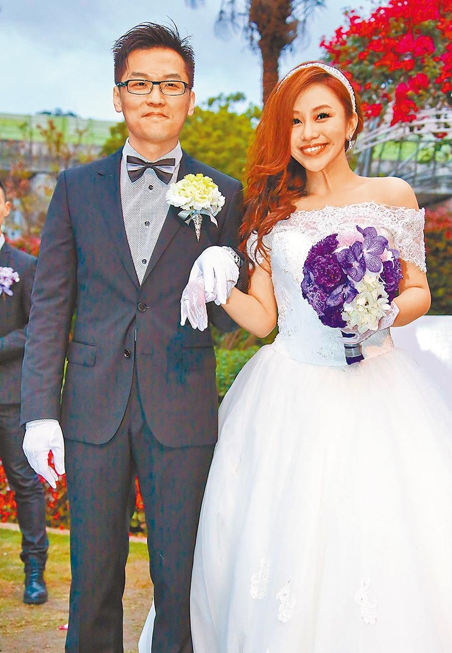 藍又時(右)2012年閃嫁交往1個月的童恩寧。(資料照片)