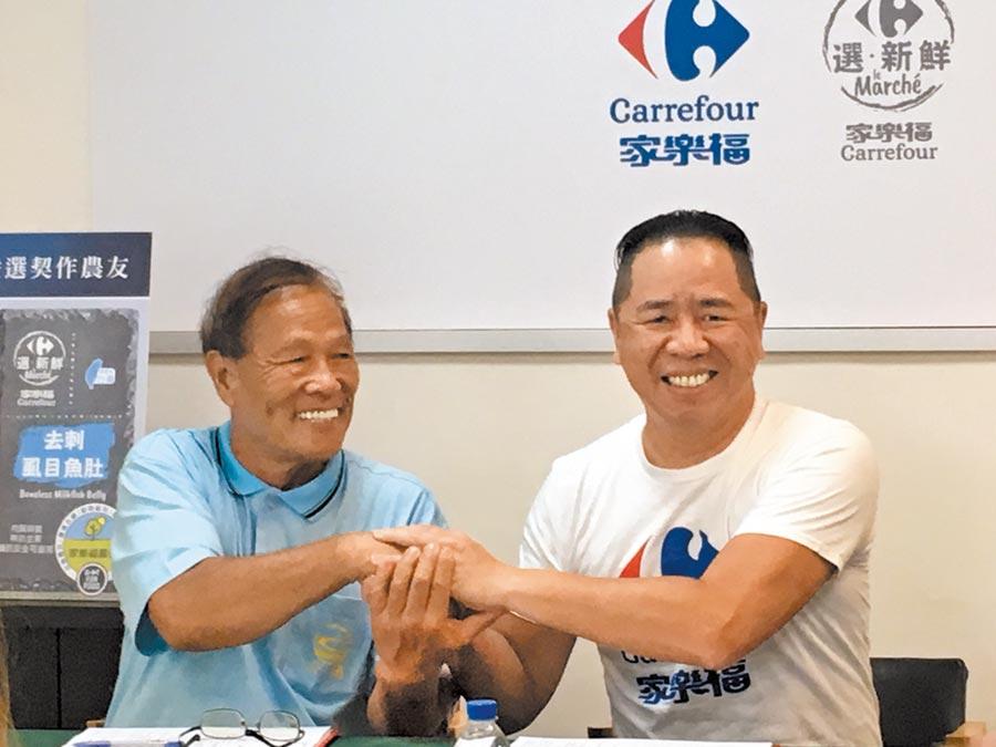 家樂福總經理王俊超(右)和洽通實業董事長陳清岳(左)簽屬合作、握手致意。(郭家崴攝)