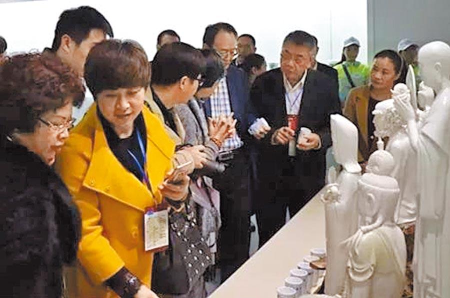 12屆湘台會來賓參觀醴陵陶瓷廠。(取自邵陽日報網)