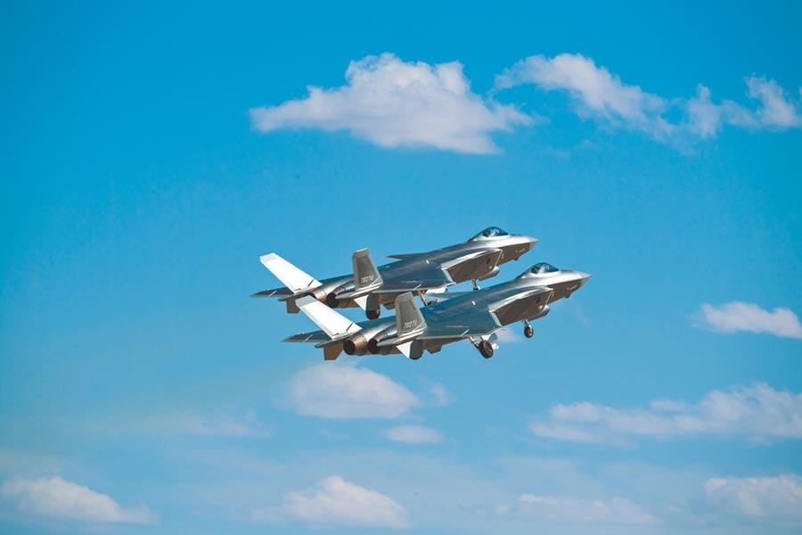 大陸殲-20戰機進行飛行訓練。(新華社資料照片)