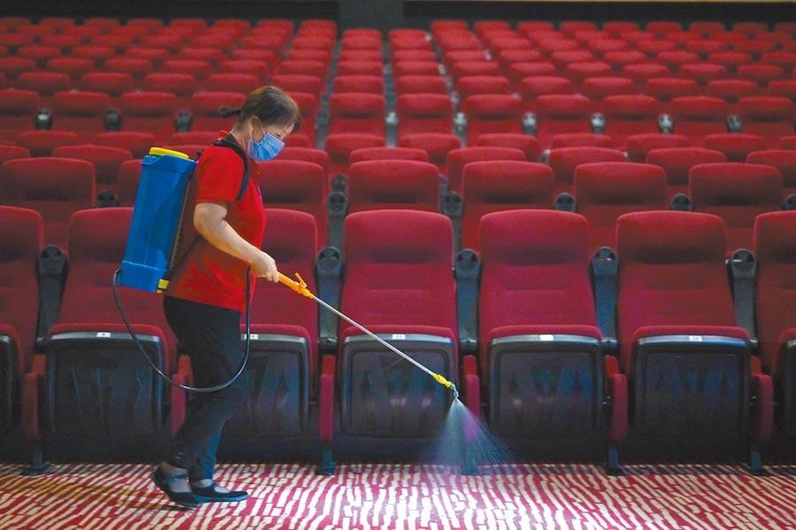 廣西南寧市民族影城,工作人員對觀影場所進行消毒。(中新社資料照片)