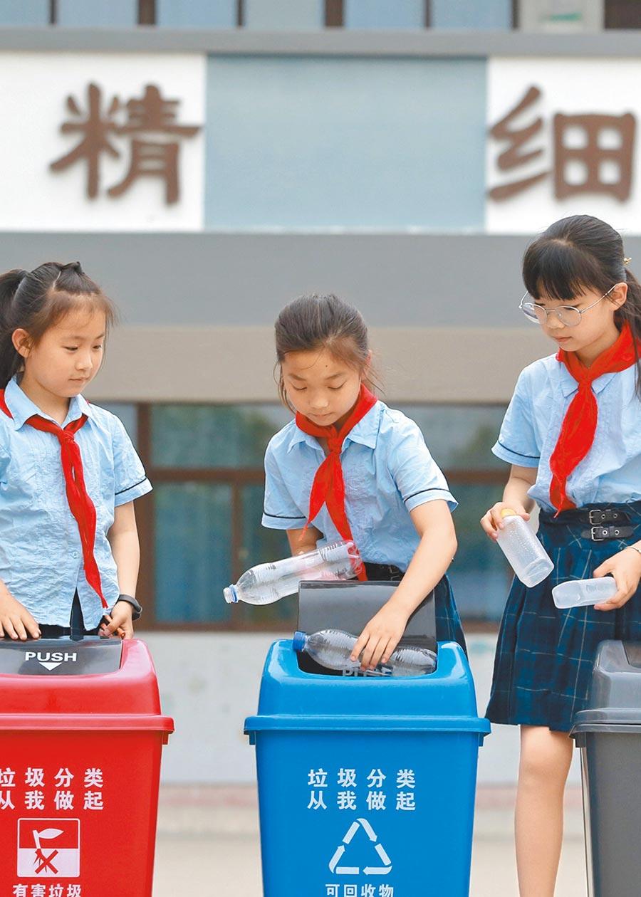 江蘇小學生進行垃圾分類小遊戲。(新華社資料照片)
