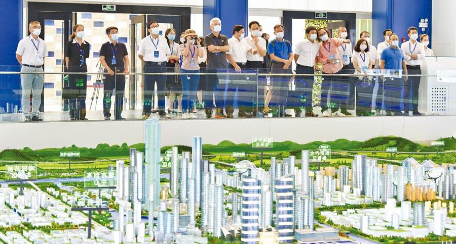 7月18日,參加「台商一起來,融入大灣區」主題活動的嘉賓前往翠亨新區考察。(文波攝)