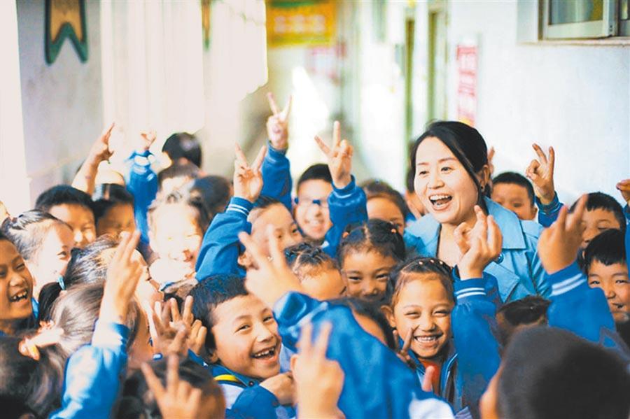天津市實驗小學的王麗民老師,到昌都實驗小學擔任一年級語文教師,孩子們說,她就像媽媽一樣。(張立攝)