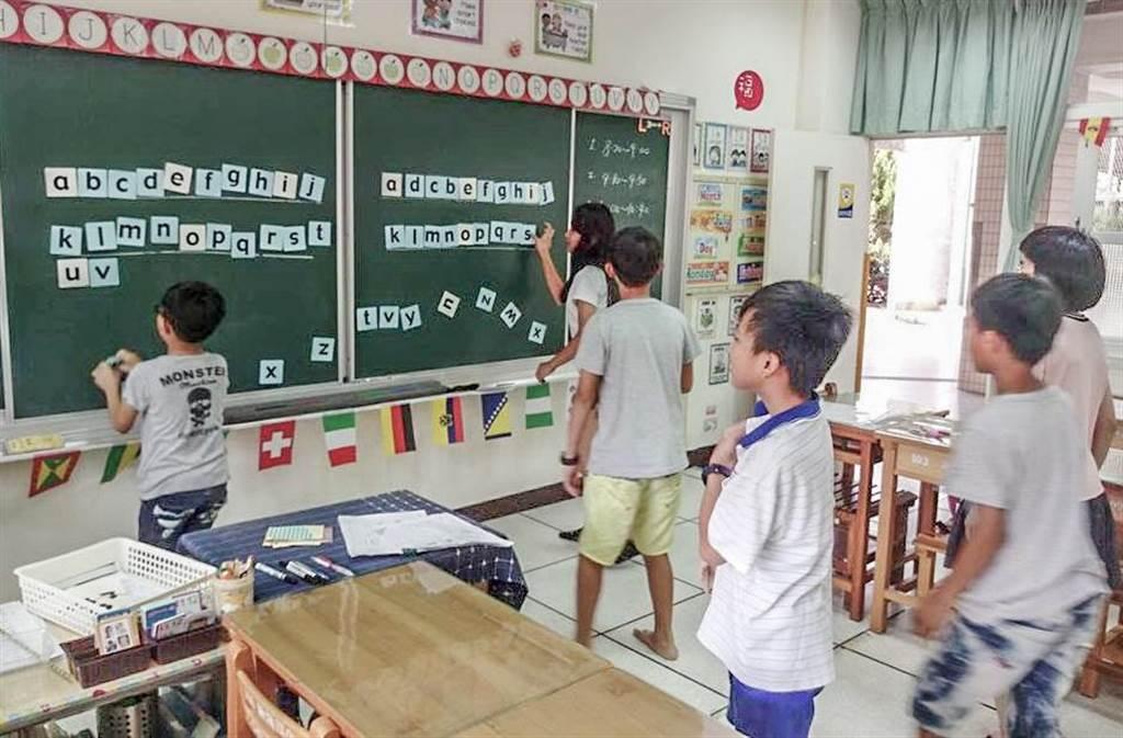 縣府教育處統計發現去年接受補教的學生,英語文進步率77.29%。(羅浚濱攝)