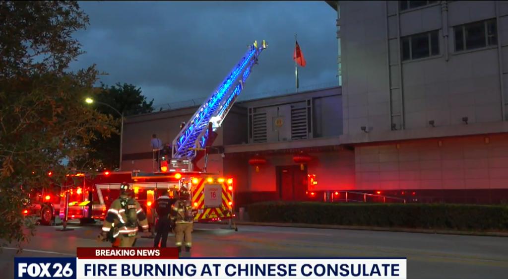 大陸駐美德州休士頓總領事館焚燒文件遭誤報火警,引來大批消防人員預備救火,當地媒體立即連線現場報導。(圖/福斯新聞截圖)