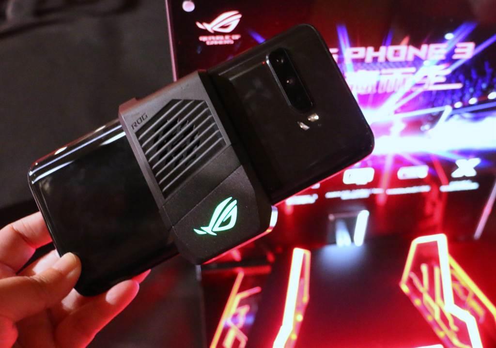 華碩ROG Phone 3空氣動力風扇3。(黃慧雯攝)