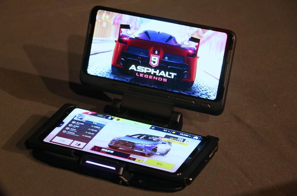華碩ROG Phone 3與周邊三代雙螢幕基座。(黃慧雯攝)