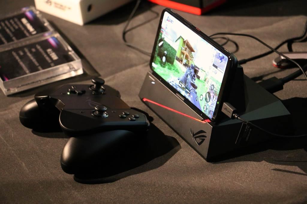 華碩ROG Phone 3可搭配先前推出的Mobile Desktop Dock 。(黃慧雯攝)
