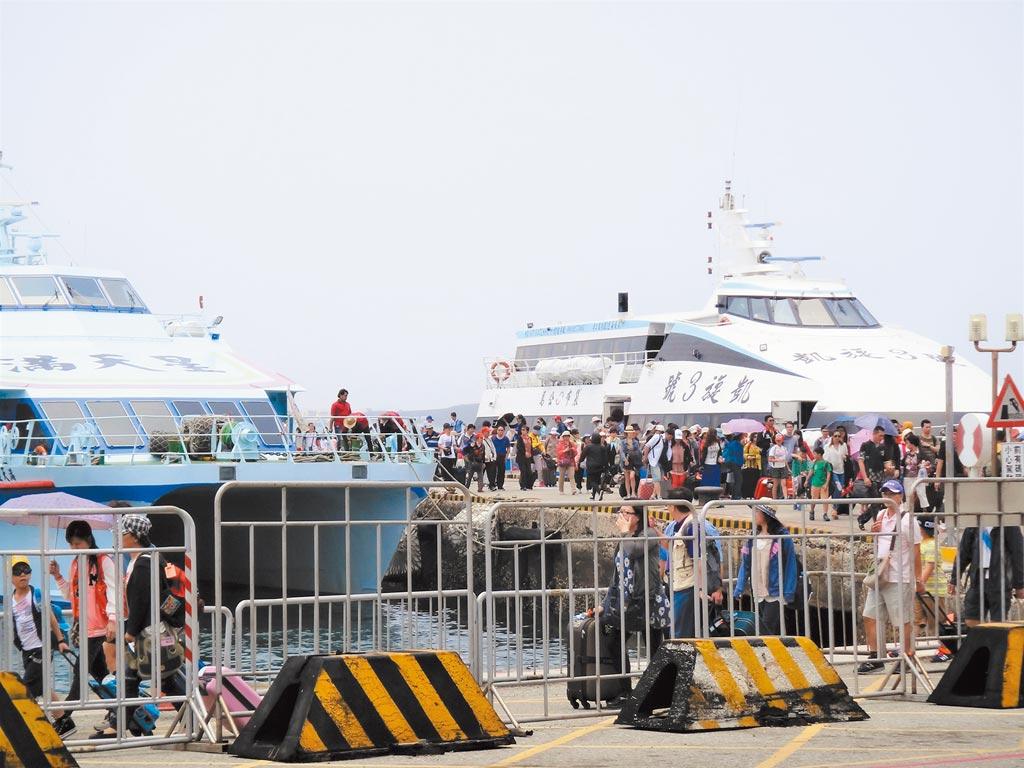 澎湖觀光夯遊客多,在地民生陷危機,「報復性旅遊」話題製造對立。(陳可文攝)