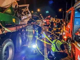 西濱公路竹北段發生聯結車追撞車禍造成1死1重傷