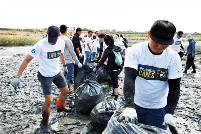 保德信全球子公司在每年10月的第一個星期六,從事淨灘等志工服務,已連續24年。(圖/台灣翻攝自保德信官網)