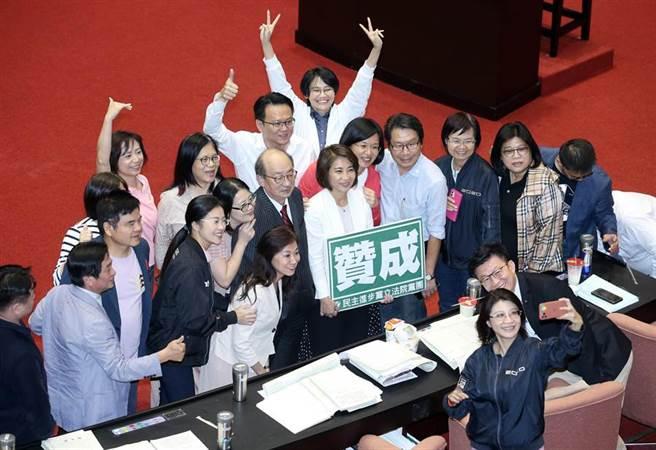 民進黨立委在議場內笑著合影留念。(姚志平攝)