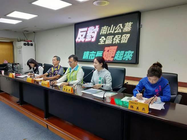 台南市不分黨派議員林美燕(右起)、周麗津、呂維胤及蔡淑惠(左)公開反對南山公墓全區保留。(洪榮志攝)