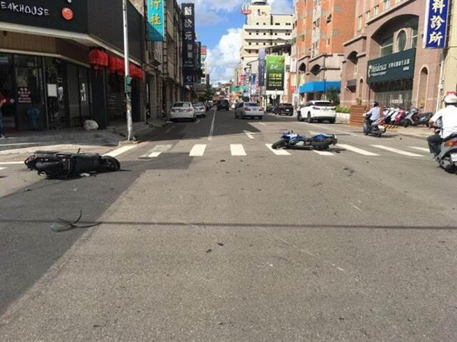 苗栗市中山路往郵電街路口處,22日發生兩輛機車追撞事故。(警方提供/何冠嫻苗栗傳真)