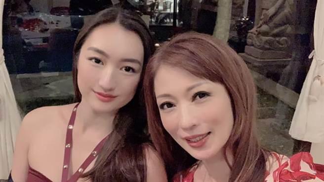 溫翠蘋和女兒溫心舞。(圖/FB@ Vanessa Wen)