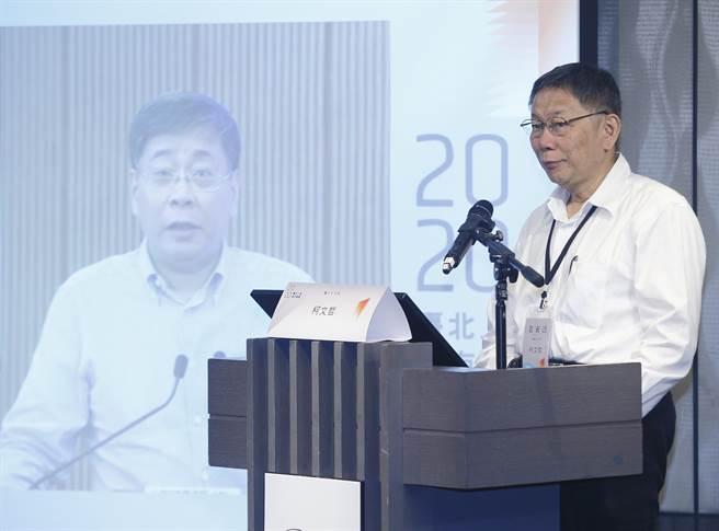 台北市長柯文哲22日巡視分論壇,在醫療衛生與上海台辦主任李文輝同框。(張鎧乙攝)