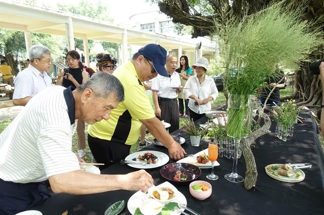 友善農人品嘗生態廚師做的永續料理,人人稱讚。(許素惠攝)