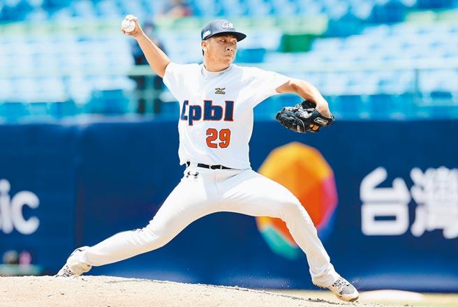 以螃蟹球闖出名號的嘉義高中投手劉崇聖,在中職選秀被味全龍挑走。(中職提供)
