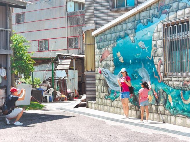 正值暑假期間,嘉義縣布袋鎮好美里3D彩繪村的人潮卻稀稀落落。(張毓翎攝)