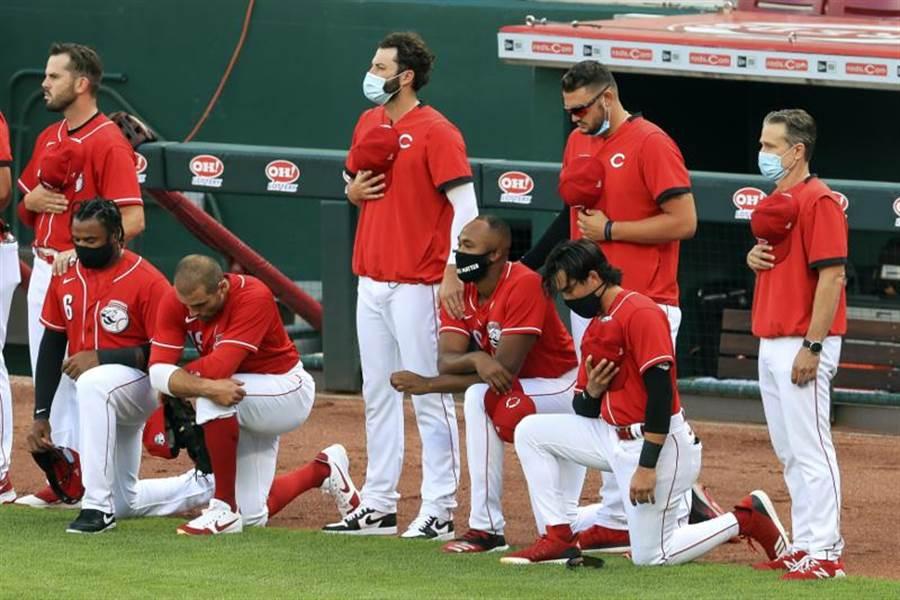 紅人隊與老虎隊熱身賽前播放國歌,紅人隊瓦托(跪地者、左2)與隊友們單膝跪地,表態支持黑人平權運動。(美聯社)