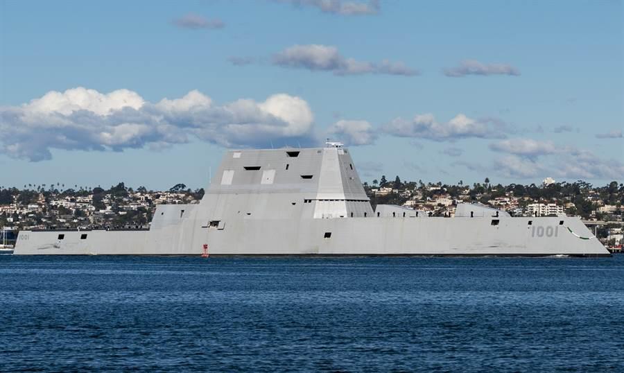 朱瓦特級驅逐艦2號艦「麥可蒙索爾」號(USS Michael Monsoor,DDG-1001)穿越聖地牙哥灣(San Diego Bay)的資料照。(美國海軍)
