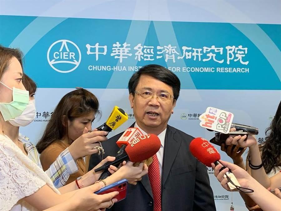 中華經濟研究院長張傳章分析今年台灣GDP的組成結構特殊情況。(圖/陳碧芬)