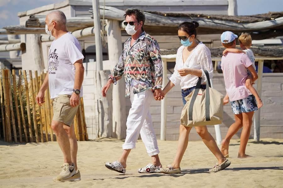 鞏俐被拍和老公現身沙灘。(圖/達志影像)