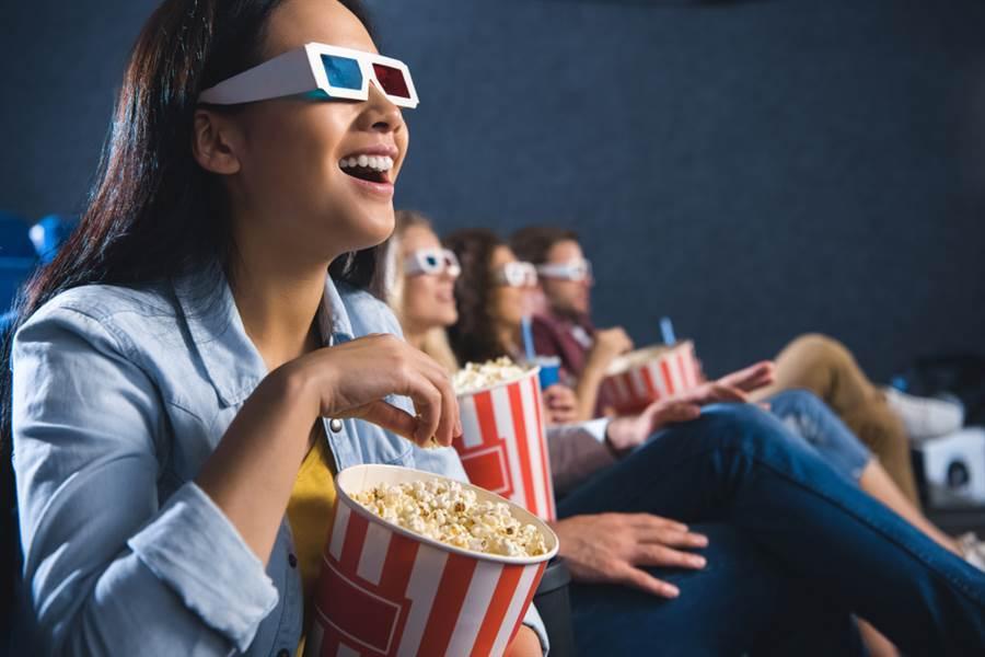 四大振興加碼券的「藝FUN券」,今天中午開放使用,可用在電影院、文化展演等場所。(示意圖/Shutterstock)