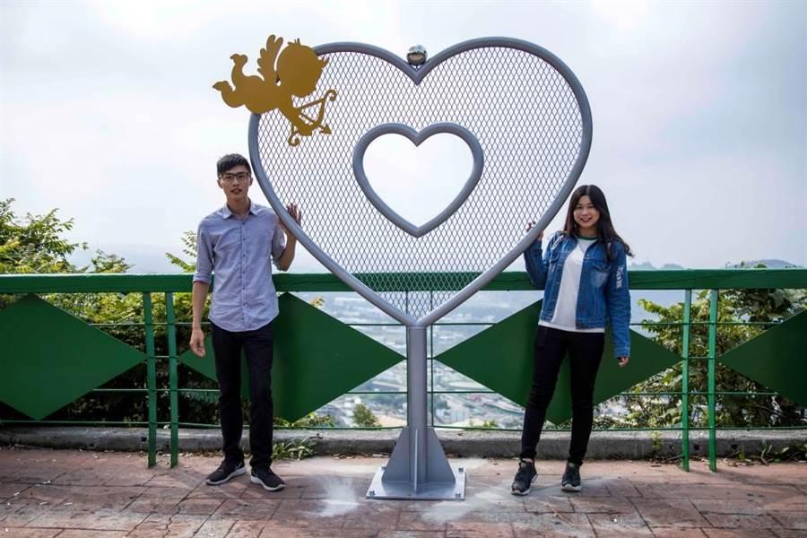 台中市觀光旅遊局於豐原公老坪觀景台設置心形意象供遊客取景留念,並有許多情侶掛上心鎖,象徵「愛情牢不可破」。(資料照片)