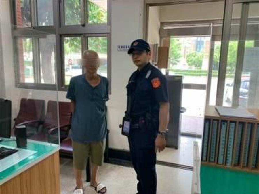 65歲的杜姓老翁,日前拿著罰單走進中市警六分局協和派出所,稱自己的機車自2014年借朋友後失聯至今。(警方提供/陳世宗台中傳真)