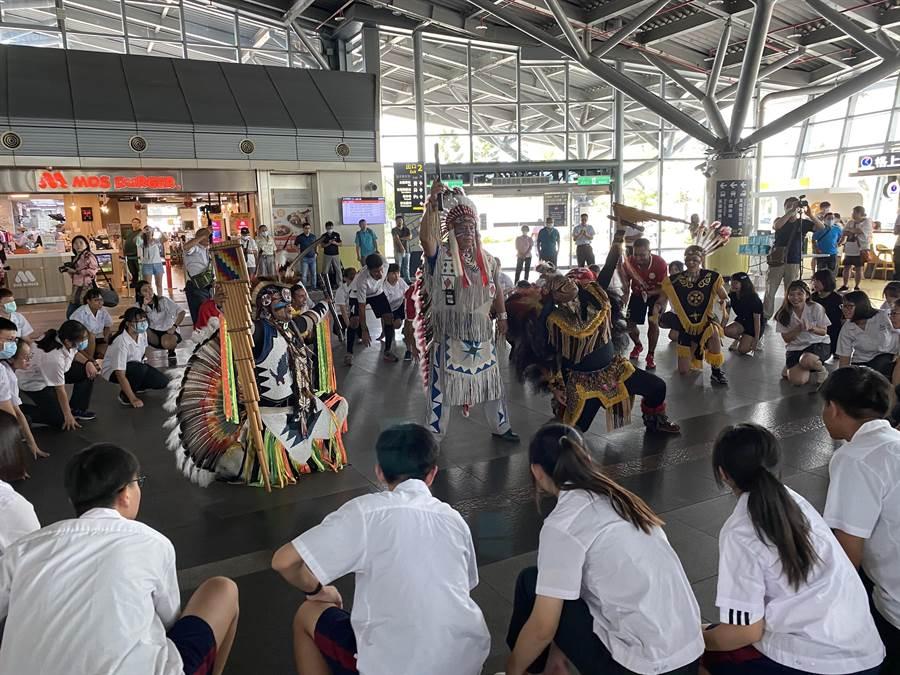 後壁高中與南華大學合辦暑期「fun青春、勇敢show」英語營隊,今天在高鐵台南站快閃演出。(曹婷婷攝)