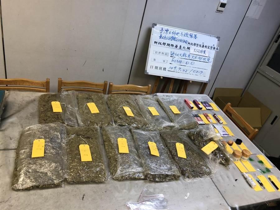 美國籍男子22日上午5點多用行李箱裝5.5公斤的大麻花入境遭警方查獲。(民眾提供/李文正台北傳真)