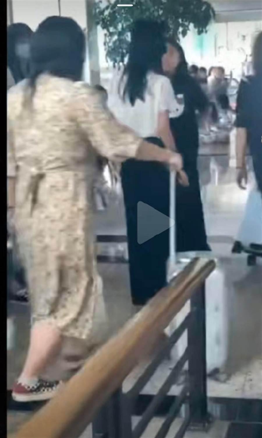 陳鈺琪慘被女路人吐口水,罕見動怒。(取自微博)