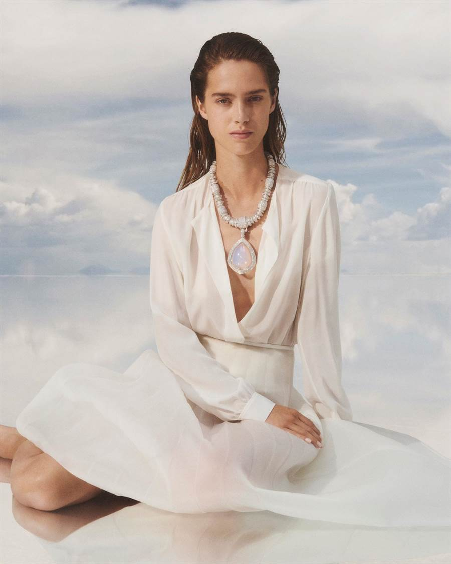 寶詩龍Goutte de Ciel氣凝膠項鍊,主石是99.8%空氣和二氧化矽組成氣凝膠,猶如把雲朵戴在胸前。(Boucheron提供)
