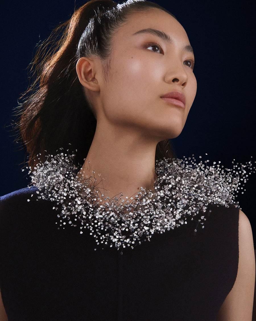 寶格龍Nuage en Apesanteur主題項鍊,以近萬顆鑽石與玻璃珠打造成一片雲朵。(Boucheron提供)