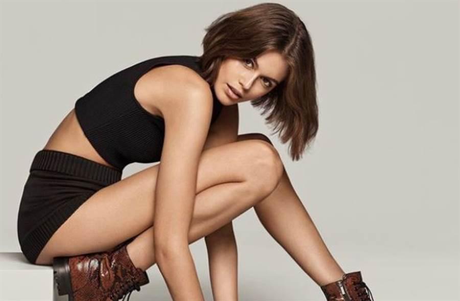 18歲超模「雙球卡馬甲」!蕾絲連體衣洩ㄦ字腰(圖/摘自微博@kaiagerber)