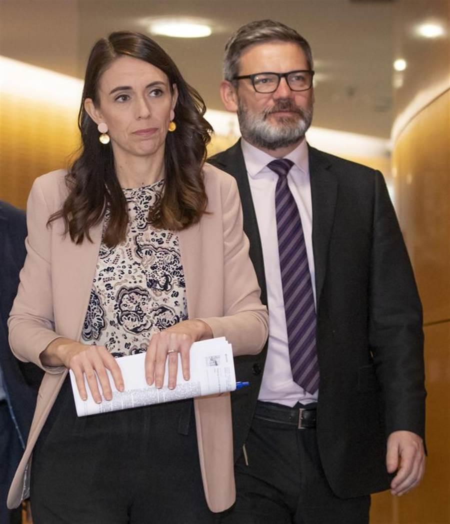 紐西蘭移民部長李斯-加洛威(右),因與部屬發生婚外情,遭總理阿爾登(左)拔掉烏紗帽。(美聯社)