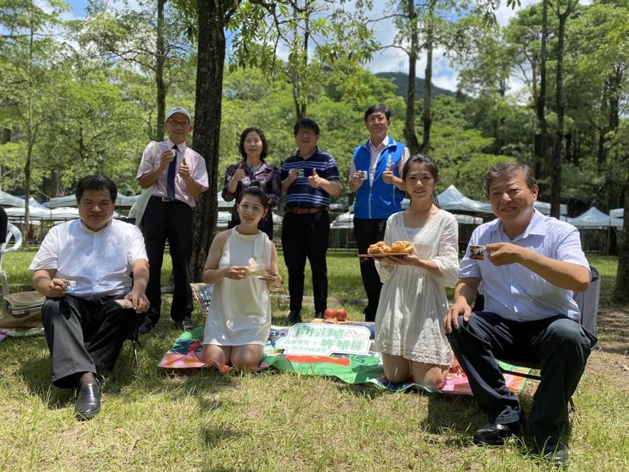 泰雅渡假村總經理李吉田(前左1)等人,歡迎民眾25日入園品嘗免費咖啡,清涼一夏。(林心柔攝)