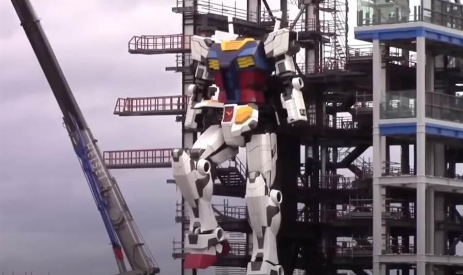 尚未完成的可動鋼彈機器人,進行抬腿測試。(圖/youtbue)