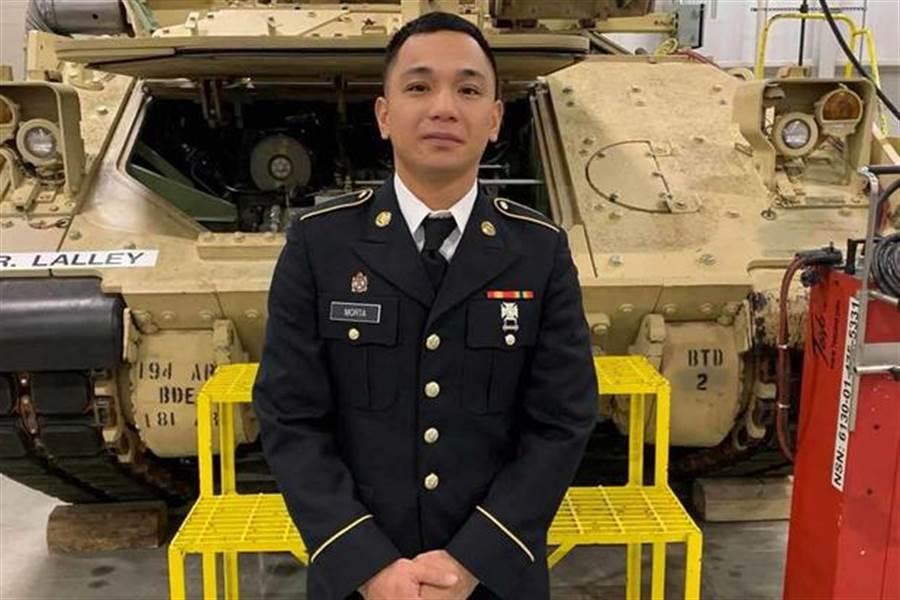 在史提爾豪斯湖附近發現的美軍士兵梅喬‧莫爾塔,他是一名修車兵,修理M2布萊德雷戰鬥車,也就是他身後的車子。(圖/美國陸軍)